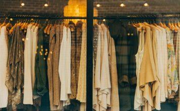 Wieszak w sklepie pełen modnych ubrań